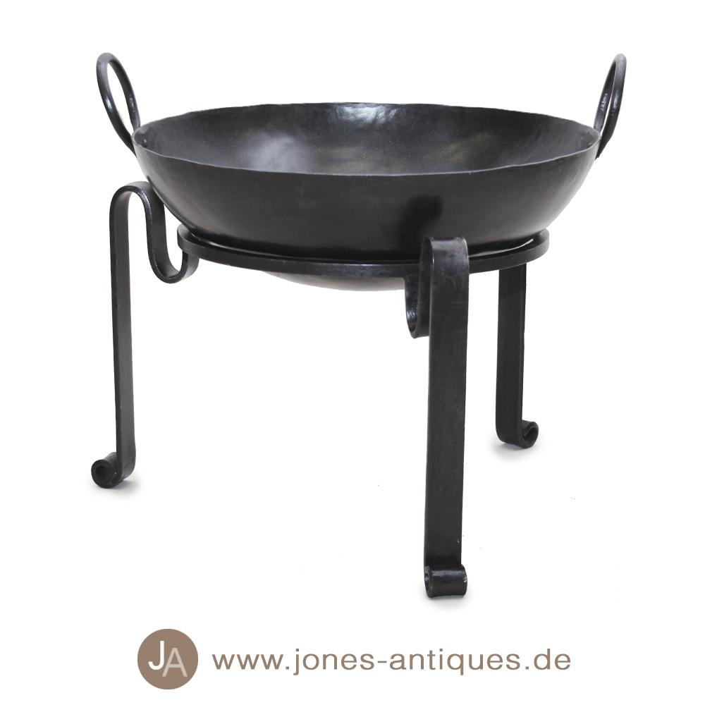 kleine feuerschale aus handgeschlagenem eisen f r romantische feuer und zum grillen geeignet. Black Bedroom Furniture Sets. Home Design Ideas
